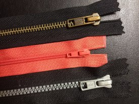 1024px-Coil_plastic_and_metal_zippers